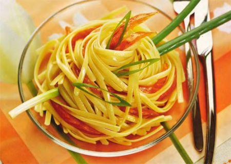 Салат из спагетти с копченой семгой
