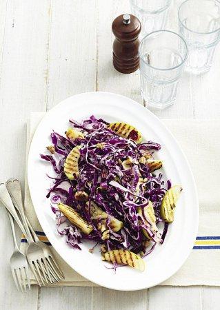 Рецепт салата из капусты с яблоками-гриль и орехами