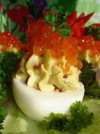 Новогодний рецепт яиц, фаршированных икрой