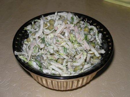 Новогодний рецепт салата из кальмаров с яблоками