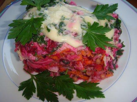 Новогодний рецепт салата из хека с маринованным луком