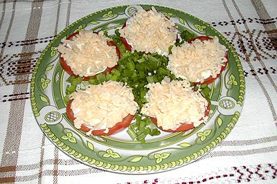 Рецепт помидорных долек с орехово-сырной смесью