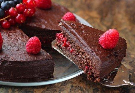 Рецепт шоколадного торта с ягодами