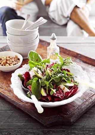 Рецепт салата с грушей, орехом и малиновым соусом