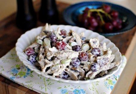 Рецепт салата с виноградом и копченой курицей