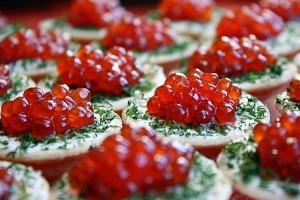 Рецепт - Новогодние тарталетки с красной икрой и сливочным сыром