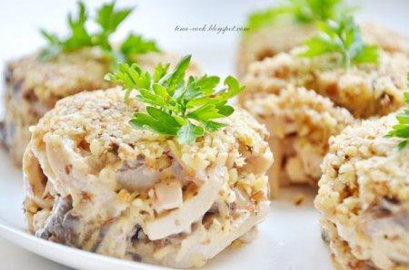 Новогодний рецепт - Ореховый салат с кальмарами