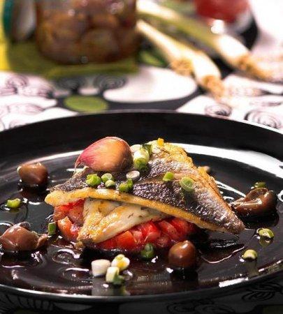 Новогодний рецепт - Морской лещ с помидорами и оливками