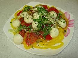 Салат с сырных шариков.