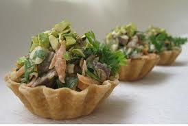 Корзинки с мясным салатом.