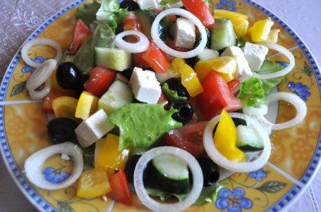 Греческий салат с добавлением мягкого сыра «Фета»