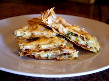 Тонкий пирог из лаваша с зеленым луком и сыром