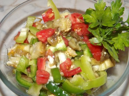 Баклажанная икра со свежими овощами