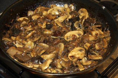 Картошка с грибами, запеченная в горшочках