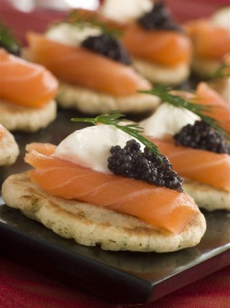 Гречневые миниатюрные блинчики с тушкой копченого лосося и черной икрой
