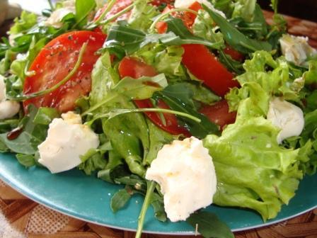 кириешки, капуста, грудка копченая салат