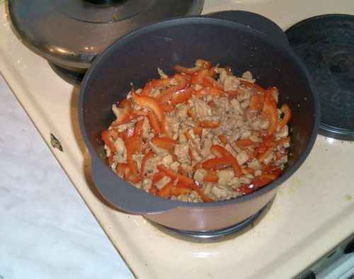 Курица тушеная с горошком и рисом