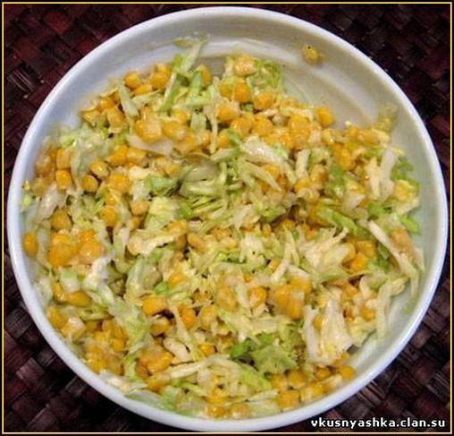 Салат из кальмаров с капустой и кукурузой