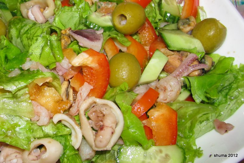Раз уж Вы искали салат с морским коктейлем, рисом и оливками, то - Вы попали по адресу.
