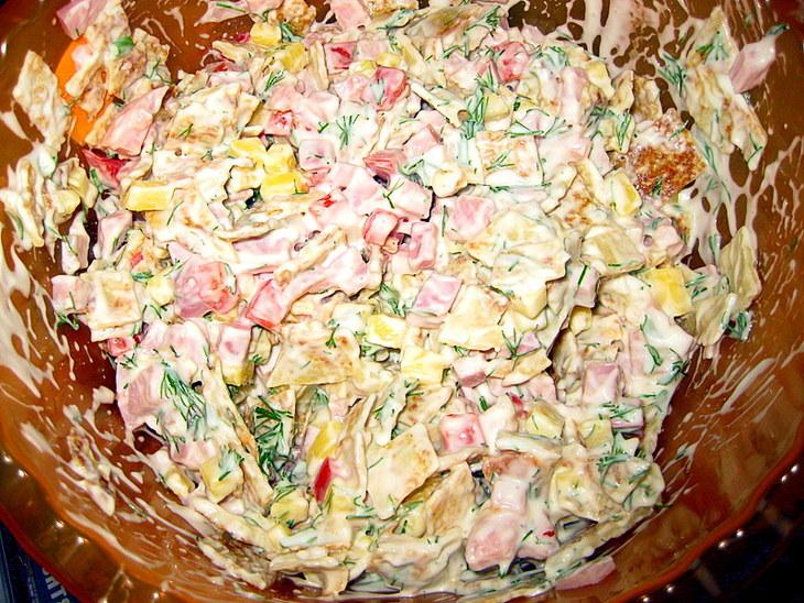 рецепт салата с кукурузой колбасой яйцами